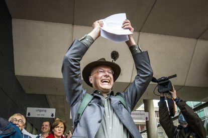 Donald Pols, diretor da ONG que moveu a ação contra a Shell, comemora após a sentença nesta quarta-feira.