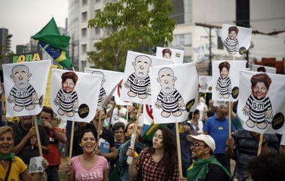 Manifestantes em São Paulo contra Lula e Dilma.