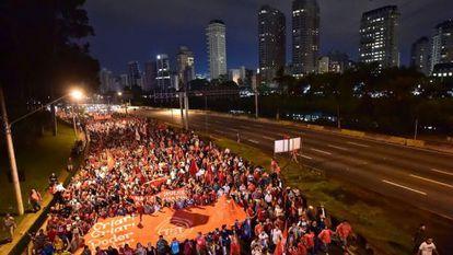 Manifestantes fecham a Marginal Pinheiros.