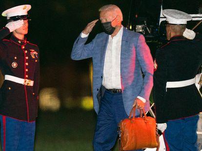 O presidente Joe Biden desembarca em Washington na terça-feira depois de suas férias em Camp David.