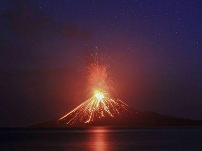 Imagem do Anak Krakatoa, tirada em julho, durante uma de suas erupções.