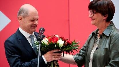Olaf Scholz recebe um buquê de flores em Berlim, nesta segunda-feira. Em vídeo, o líder social-democrata diz que pretende formar uma coalizão de governo antes do Natal.