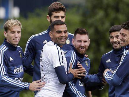 Lionel Messi, com seus companheiros da seleção argentina, em um treino.