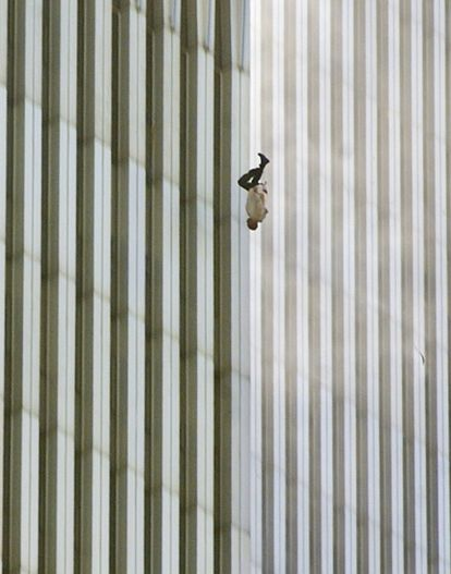 Uma pessoa cai da Torre Norte do World Trade Center.