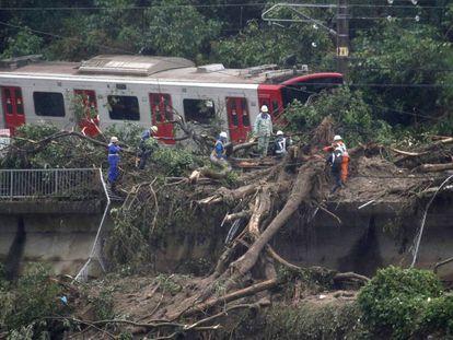 Trem descarrilado depois das intensas chuvas em Karatsu, no sudoeste do Japão