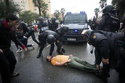 Agentes da Polícia Nacional durante o confisco de urnas em um colégio de Barcelona.