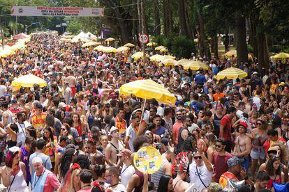 Bloco desfila pelas ruas de São Paulo no carnaval deste ano.