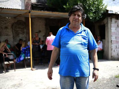 """O """"bruxo"""" Manuel diante da casa onde recebe seus seguidores, em Gonnet, nos arredores da cidade de La Plata."""