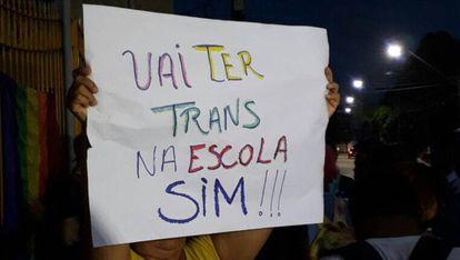 Cartaz em protesto a favor de Lara em Fortaleza.