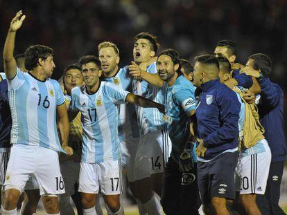 Os jogadores do Atlético Tucumán comemoram com a camisa da seleção argentina.