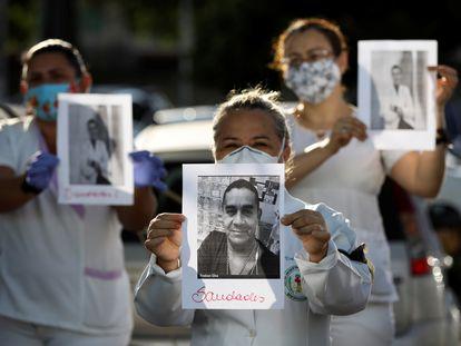 Profissionais da saúde protestam contra a falta de equipamentos de proteção em Manaus.