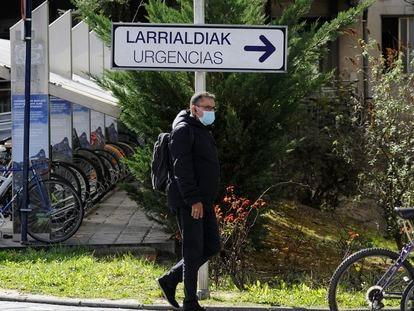 Homem caminha no perímetro do hospital de Txagorritxu, em Vitoria.