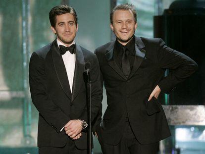 Heath Ledger (à direita) e Jake Gyllenhaal, protagonistas de 'O Segredo de Brokeback Mountain'.