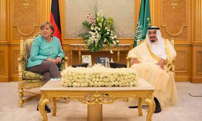 A chanceler alemã, Angela Merkel, com o rei saudita, Salman bin Abdulaziz al Saud.