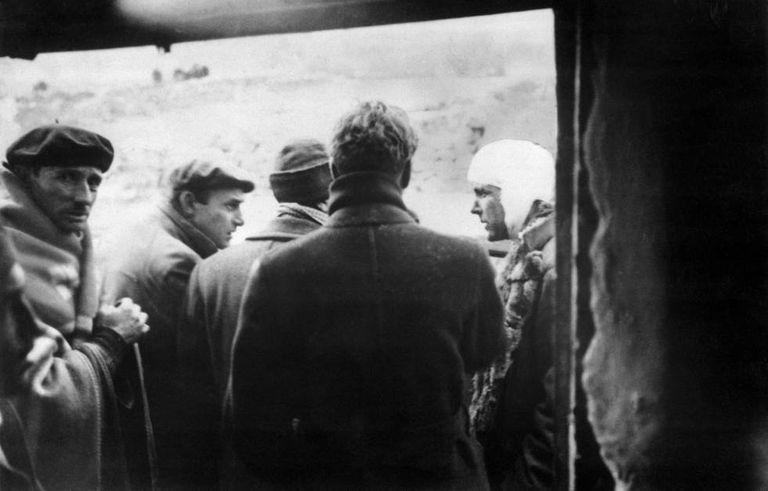 À direita da imagem, Philby ferido durante a Guerra Civil.