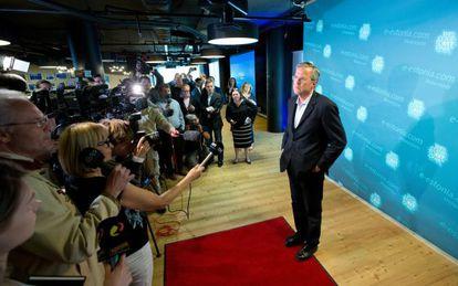 O ex-governador da Flórida fala aos meios de comunicação na Estônia.