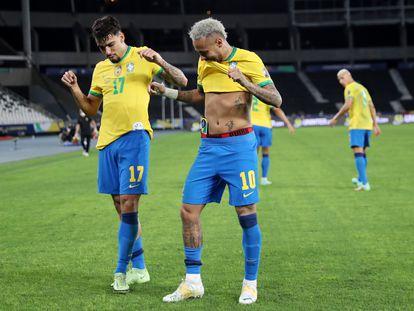 Outra vez decisivos, Paquetá e Neymar comemoram o gol com dancinha no Nilton Santos.