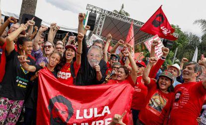 Apoiadores de Lula em frente à sede da PF em Curitiba.
