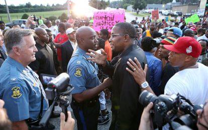 O chefe da polícia com um ativista negro.