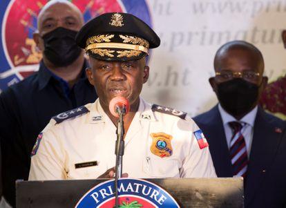 O diretor-geral da Polícia Nacional do Haiti, Léon Charles, fala em uma entrevista coletiva em Porto Príncipe (Haiti), neste domingo, para anunciar a detenção do suposto autor intelectual do assassinato do presidente Jovenel Moïse.