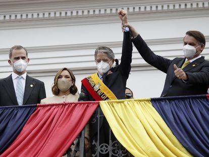 Guillermo Lasso, ao centro, toma posse no Equador ao lado do presidente Jair Bolsonaro, do rei Felipe VI, da Espanha, e da primeira-dama, Maria de Lourdes de Lasso.