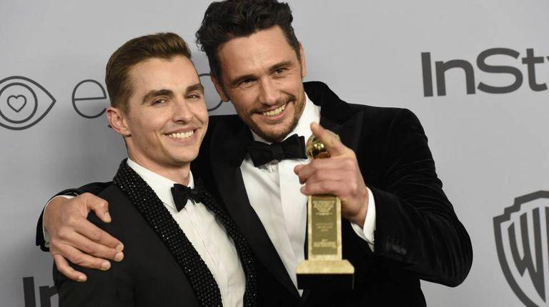 James Franco (direita) com seu irmão Dave, após ganhar o Globo de Ouro no último domingo