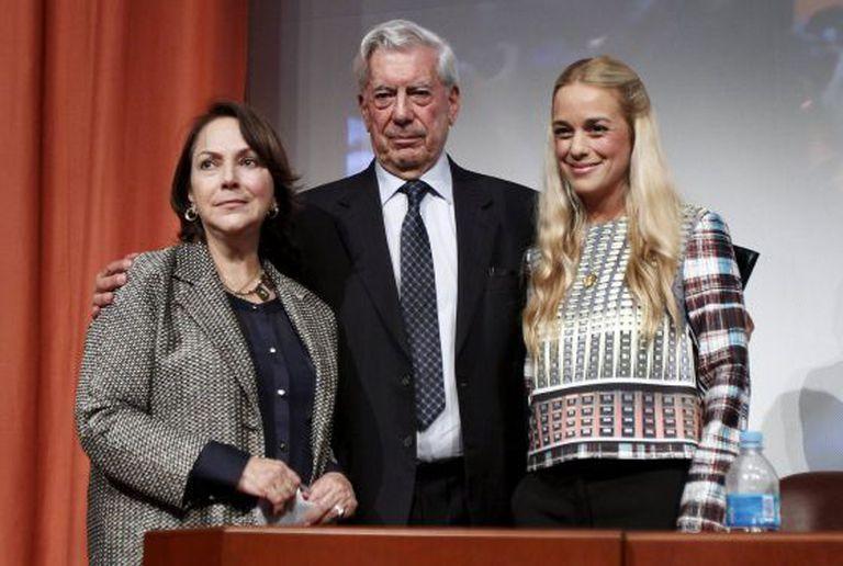 Vargas Llosa com Mitzy Capriles e Lilian Tintori.