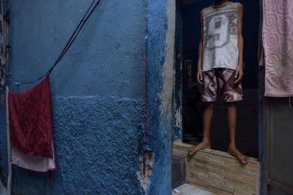 Garoto na porta de casa na favela do Jacarezinho, no Rio, onde ocorreu a chacina no último dia 6.