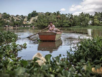 Todas as manhãs Yaquelín transporta pessoas de uma orla a outra do rio Ozama.