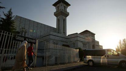 Fachada da mesquita madrilenha da M-30 ao entardecer.