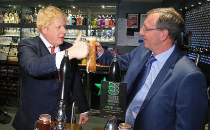 Boris Johnson celebra neste sábado a vitória com o novo deputado conservador por Sedgefield, Paul Howell, em County Durham.