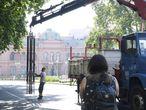 Un operario retira este lunes el último tramo que quedaba en pie de la reja que dividía la Plaza de Mayo.