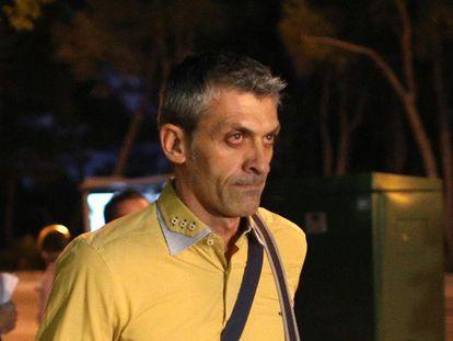 O médico Juan Parra, ao entrar no Hospital Carlos III.