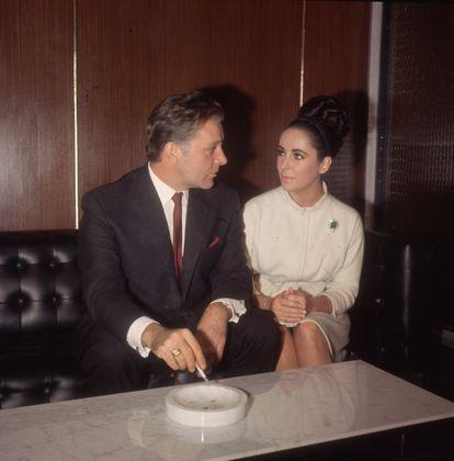 Richard Burton e Elizabeth Taylor, aqui fotografados em Londres em 1962, não foram o primeiro casal de Hollywood que suscitava interesse, mas sim o primeiro a se transformar em um fenômeno lucrativo dentro e fora das telas que fascinava a imprensa e o público.