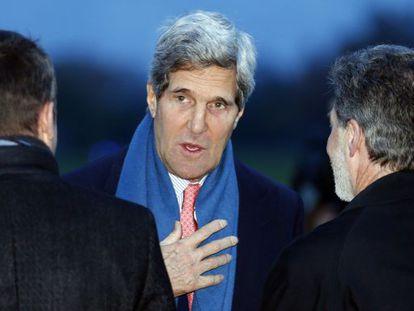 Kerry, a sua chegada ao aeroporto de Genebra.