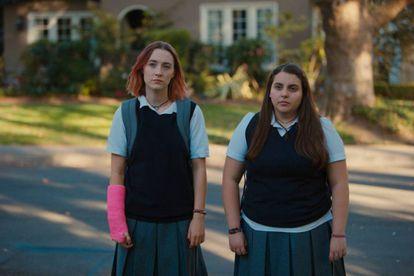Saoirse Ronan e Beanie Feldstein em uma cena de 'Lady Bird', escrito e dirigido por Greta Gerwig.