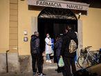 Varios vecinos acuden a la farmacia de Codogno, Italia.