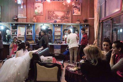 Várias noivas se preparam para o casamento no salão de beleza de Alestora, na cidade de Homs.