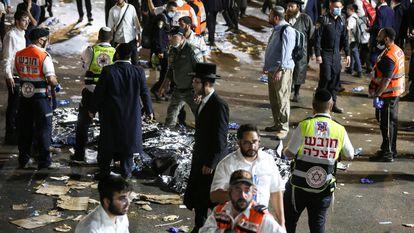 Trabalhadores dos serviços emergenciais atendem as vítimas mortais no monte Meron, ao norte de Israel.