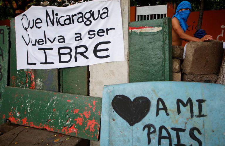 Cartazes em favor da democracia numa rua de Manágua.