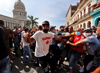 Policiais prendem manifestantes diante do Capitólio de Cuba, em Havana.