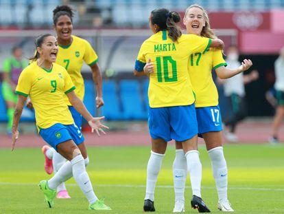 Marta comemora com Andressinha, Debinha e Duda um gol brasileiro na estreia.