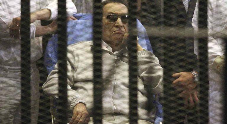 O ex-ditador egípcio Hosni Mubarak durante uma visita judicial, na academia de polícia do Cairo, em 15 de abril de 2013.