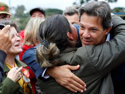 Haddad abraça eleitora em frente à Superintendência da Polícia Federal em Curitiba na segunda-feira.