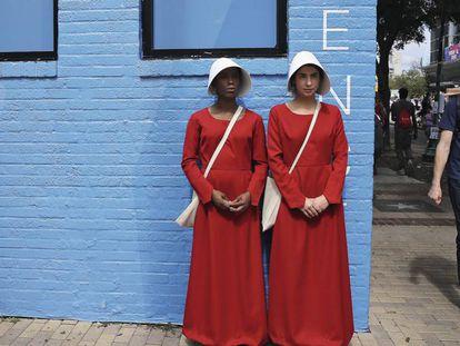 Mulheres vestidas de aias para uma campanha promocional da série de televisão 'The Handmaid's Tale', que ainda não estreou no Brasil.