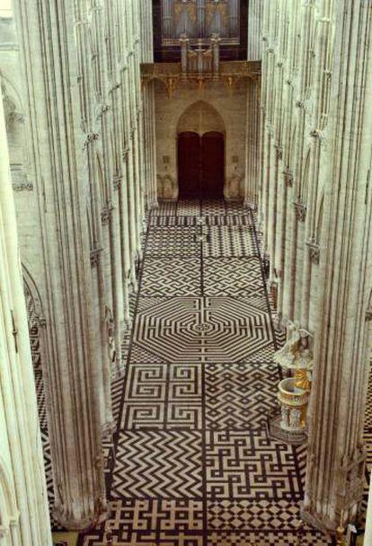 O chão da catedral de Amiens, na França, é um jogo de formas geométricas, entre elas, a suástica (acima à direita).
