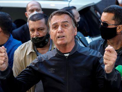 Presidente Jair Bolsonaro  conversa com jornalistas após receber alta médica, alguns dias depois de ter dado entrada no Hospital Vila Nova Star, em São Paulo (Brasil), com uma obstrução intestinal.