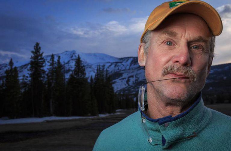 David Quammen, em uma foto tirada no parque nacional de Yellowstone, nos EUA.