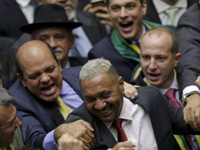 Deputados comemoram o voto a favor do impeachment de Tiririca.