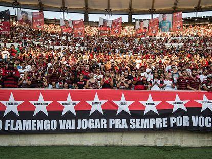 Torcida do Flamengo homenageou vítimas do incêndio em fevereiro, no Maracanã.